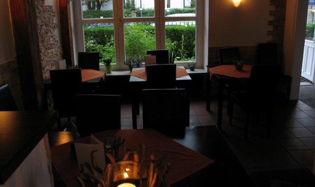 Restaurant mit charmanter Holzvertäfelung