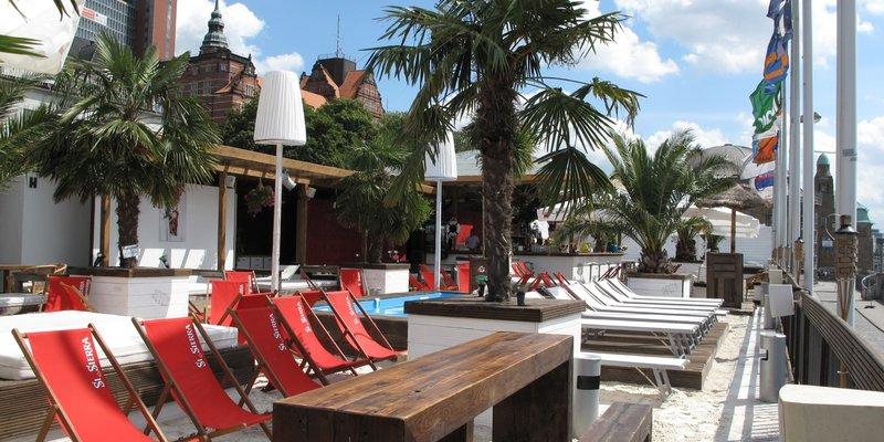 Beachclub m. Pool und Palmen