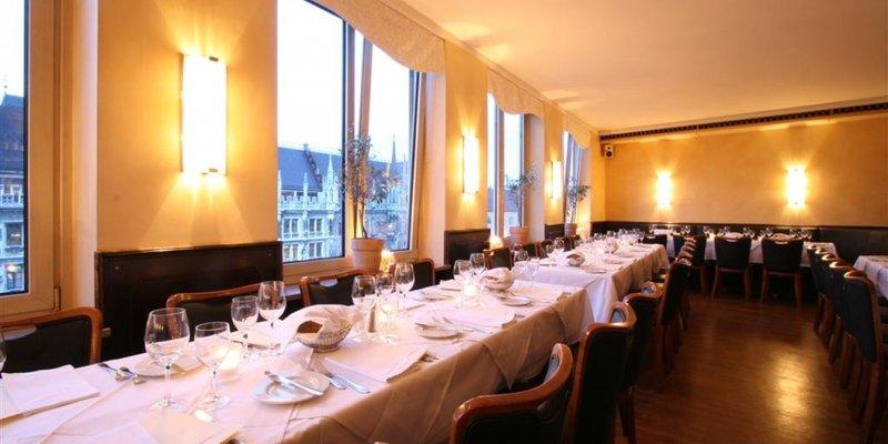 Edles Restaurant m. Blick auf Rathaus