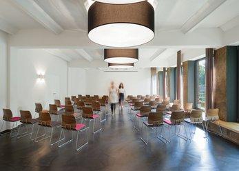 Seminarzentrum mit Lounge in klaren Formen