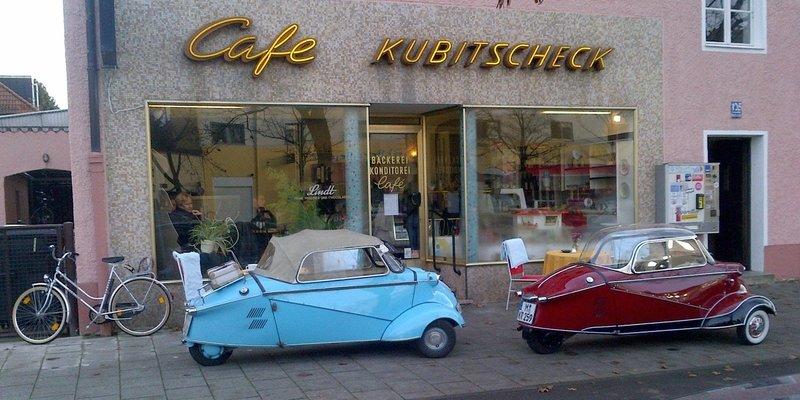 Genussvolle Party im 50iger Jahre Cafe