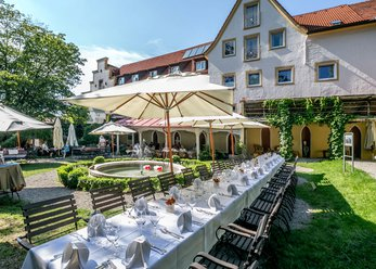 Hotel with vaulted cellar and garden restaurant