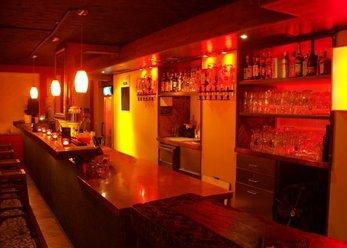 Club/Lounge mit Kamin und Südseebett