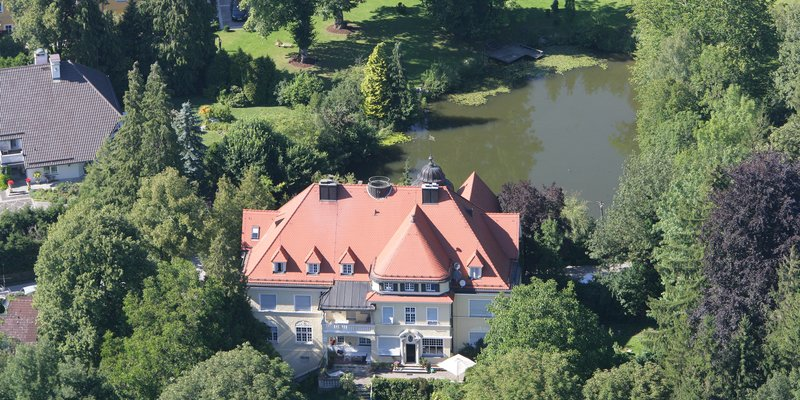 Altes Schloß im Grünen nahe Starnberger See