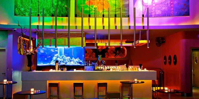 Club-Lounge mit hochwertigem Interieur