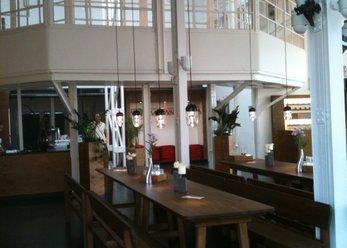 Modernes Restaurant mit industriellem Charme